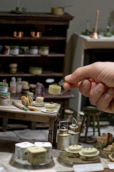 Крохотная кукольная посуда покрыта настоящей эмалью и расписана вручную, а внутри баночоек находится настоящий джем