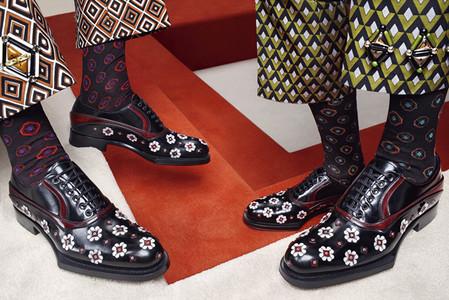 На обуви на низком каблуке со шнуровкой также присутсвует апплекация