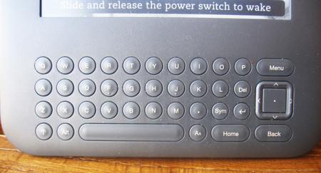 Что отличает Kindle 3 от других ридеров — это наличие клавиатуры