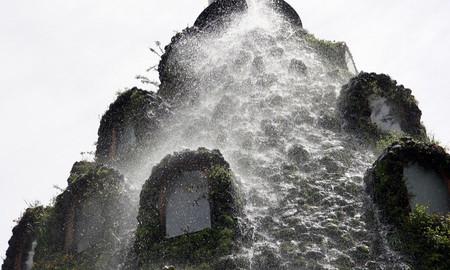 С вершины отеля устремляется поток воды, как из жерла вулкана