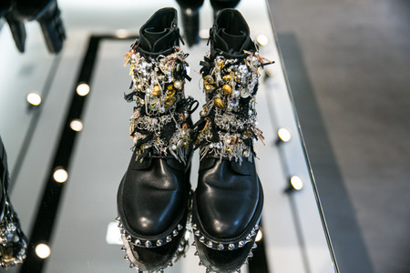 Ботинки в стиле панк от Saint Laurent