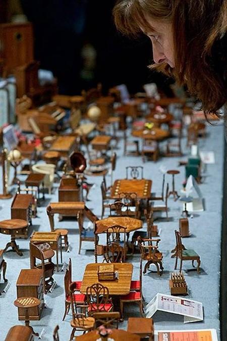 Мебель исполнена с точным соблюдением масштаба. А чтобы накрыть миниатюрные столы, можно подобрать застывшее желе, праздничный торт или недоеденный пирог