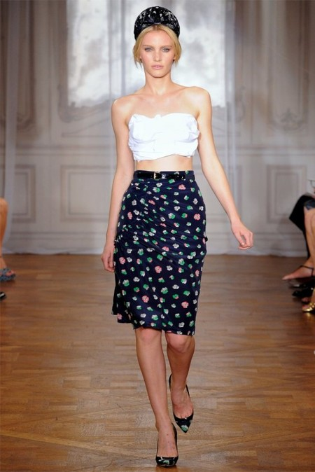 Строгость юбки-карандаш смягчают цветные узоры