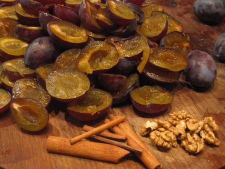 Восток - дело тонкое. Рецепт сливового варенья с грецкими орехами и корицей — фото 2