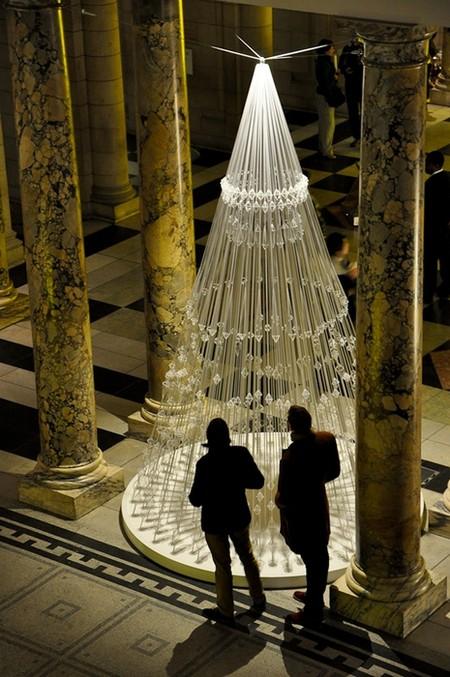 Новогодняя елка елка из эластичного шнура в Музее Виктории и Альберта