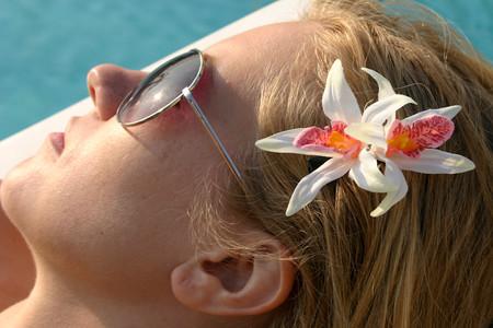Естетсвенность блондинок подчеркнет белая орхидея