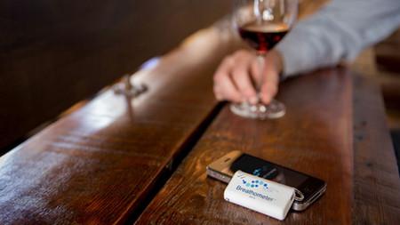 Имея алкометр под рукой всегда можно узнать уровень алкоголя в своейкрови