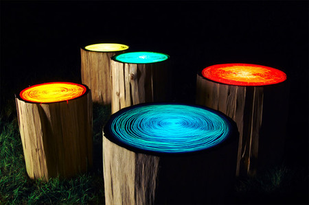 Табуреты в форме сосновых пеньков еще и светильники