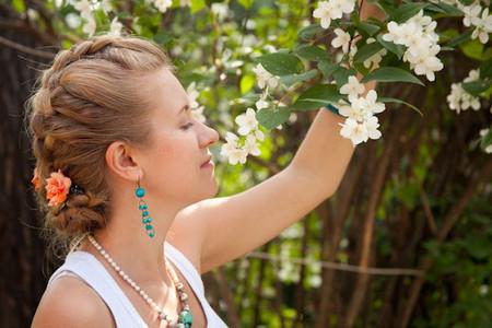 Весенний тренд: цветы в волосах — фото 21
