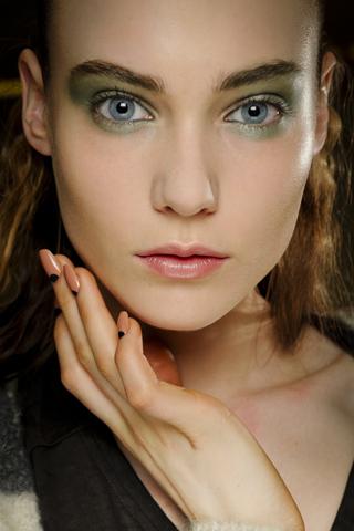 Модный макияж глаз в весенне-летнем сезоне 2012 — фото 1
