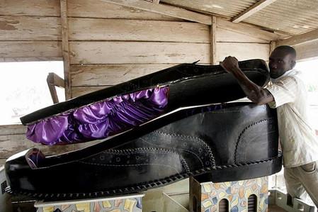 Фигурный гроб в виде мужского ботинка