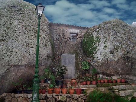 Дома втиснутые между камней