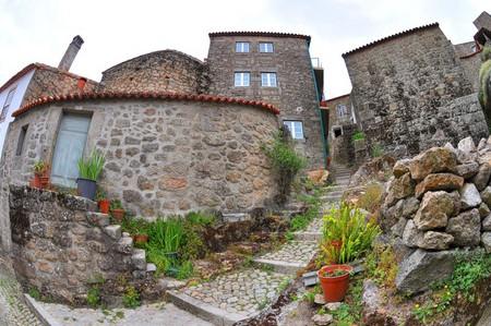 Дома из камня, под камнем и вокруг камня. Удивительная деревня Монсанто — фото 9