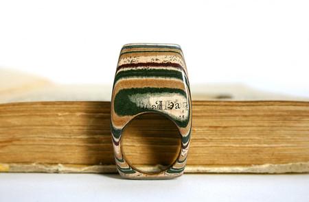 Он изготовляет любые украшения, хоть кольца обручальные