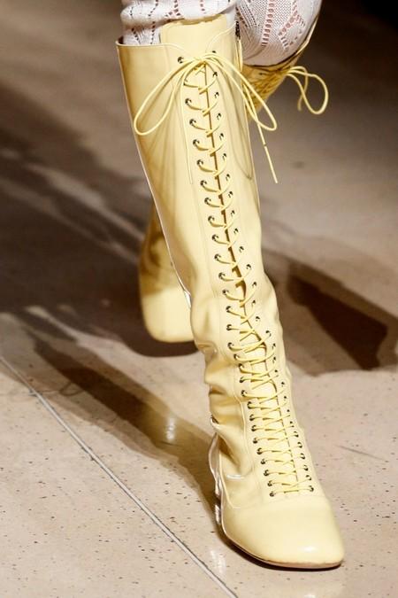 Сапожки на шнуровке напоминают ботинки для фигурного катания