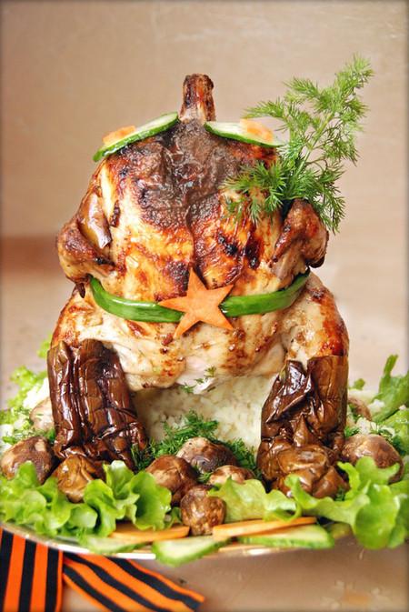 «Курица наездница» готова поздравить всех мужчин с 23 февраля! — фото 1