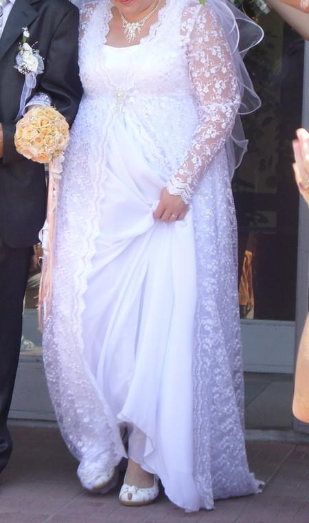 Верхняя часть платья была сшита из атласа, поверх которого шёл гипюровый кардиган, заколотый спереди красивой брошкой.