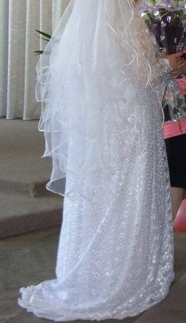 Сзади платья был небольшой шлейф.