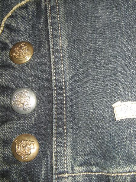 Рассмотрим ткань поближе. На всех декоративных кнопках надписи...