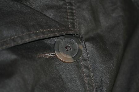 Пуговицы пластиковые черные с вкраплениями светло-коричневого с фирменной маркировкой