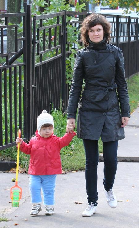 Вот он на мне во время прогулки с дочкой