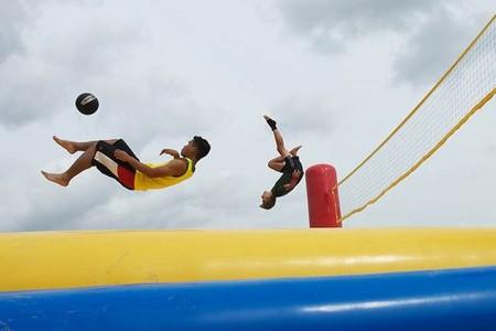 Боссабол, удивительный микс капоэйра, пляжного волейбола, футбола, акробатики и воздушной гимнастики. — фото 1