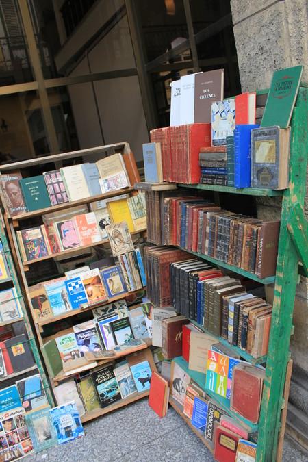Мы не рисковали, но говорят, что тут можно купить очень редкие книги в оригинале