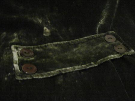 Милый хлястик на спинке подчеркнул общий стиль жакета