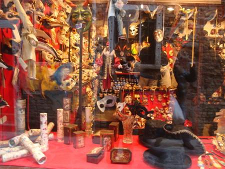 В местных магазинах есть сувениры на любой вкус и кошелек!