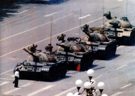 Автор: Джефф Виднер<br /> «Неизвестный бунтарь» в центре площади Тянь Ань Мэнь. На этом знаменитом фотоснимке изображен один из участников протестов, которому удалось в одиночку сдерживать продвижение танковой колонны в течение тридцати минут.