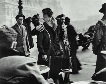 Данный поцелуй стал первым фотоснимком, который узнавали по всей территории Америки. Снимок сделан в общественном месте, а его автора осудили за то, что он подглядывал… Говорят, что парень, запечатленный на фото, признался, что фотограф, увидев их поцелуй, но не успев сфотографировать, попросил парочку повторить это еще разок...