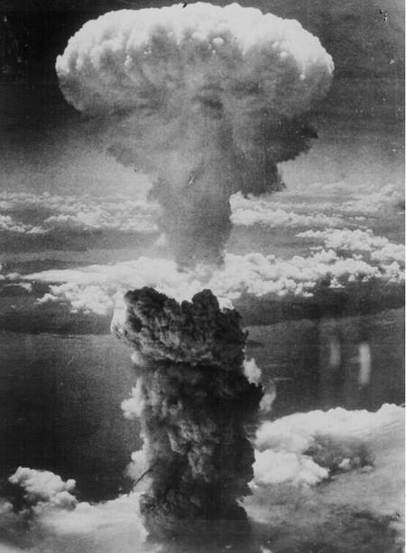 Атомный гриб в небе над Нагасаки.