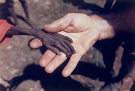 Автор: Майк Веллс. Англия. Апрель 1980 года. Уганда, Район Карамоджа. Миссионер и ужасно голодный ребенок.