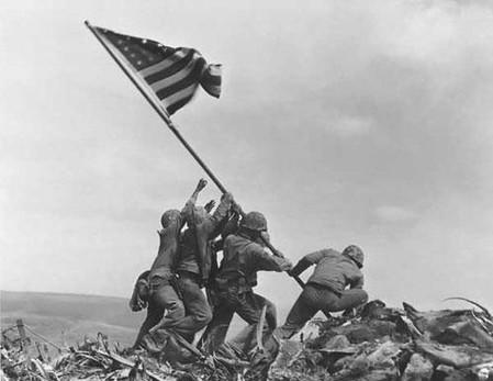 Морские пехотинцы Соединенных Штатов, устанавливающие флаг США на острове Иводзима, Япония.