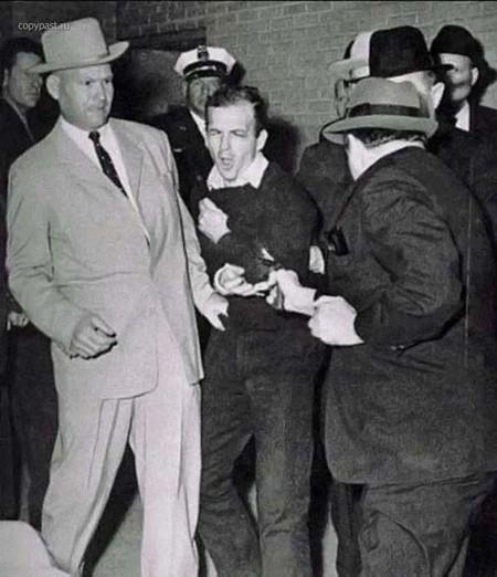 Автор: Роберт Х. Джексон<br /> Момент расправы с убийцей Джона Ф. Кеннеди. Фотограф снимал Освальда -что, который некогда лишил жизни президента США Джона Кеннеди. Вокруг находились возмущенные люди, требующие смертной казни преступнику. Автор нажал на затвор и сделал очередной фотоснимок. В тот же миг, когда вспышка фотоаппарата заряжалась для следующего кадра, в убийцу Кеннеди выстрелили. Выстрел стал роковым для него.