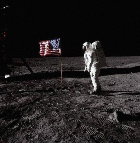 Июль 1969 года. Астронавт Баз Олдрин, шагает по Луне (это второй человек, после Нила Армстронга, высадившийся на поверхности Луны ). Многие до сих пор бытует мнение, что астронавты США так никуда и не летали, а просто сфальсифицировали данные, подтверждающие их полёт.