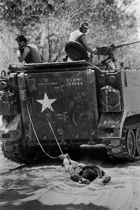Киоичи Савада, Япония.<br /> 24.02.1966 год. Тан Бин, южный Вьетнам.<br /> Солдаты США тянут на привязи тело вьетконговского повстанца.