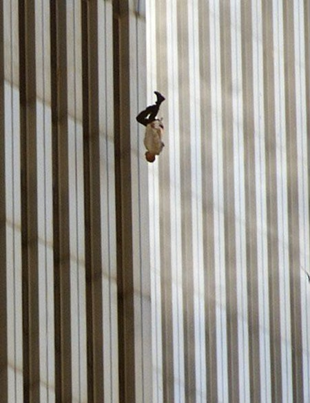 """""""Падающий человек""""<br /> """"Самый известный фотоснимок, который никто никогда не видел"""", так фотографом из """"Associated Press"""" Ричардом Дрю была названа его фотография одной из многочисленных жертв событий одиннадцатого сентября, прыгнувшей из окна Всемирного торгового <a name=""""page-break""""></a> центра на встречу собственной смерти. <br /> """"В день, больше других запечатленных на пленки видео- и фотокамер,- так позже писал Том Джунод в очередном издании """"Esqiare"""",- единственным табу по общему согласию стали фотографии выпрыгивающих из окон людей. Много лет спустя """"Падающий человек"""" Ричарда Дрю всё также остаётся ужаснейшим артефактом дня, который, возможно, должен был всё изменить, но не изменил..."""