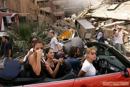 Автор: Спенсер Платт. США<br /> 15 августа 2006<br /> Молодые ливанцы едут по улицам разрушенного района Бейрута.