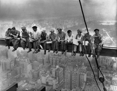 Фотоснимок был сделан в последние дни строительства Рокфеллер- центра 29.09.1932 г. на 69 этаже.