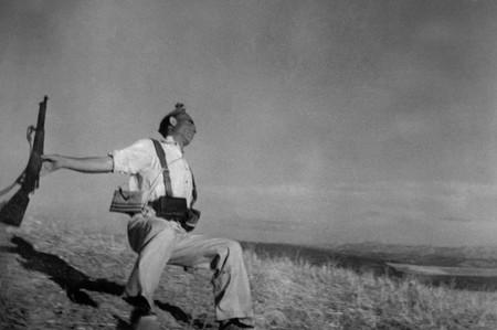 Автор: Роберт Кап<br /> Республиканский солдат Федерико Борел Гарсия снят перед лицом смерти. Фотография вызвала великое потрясение в обществе. Абсолютно уникальная ситуация. За все время атаки автор фотографии сделал всего один кадр, при этом сделал это не глядя в видоискатель, наугад, то есть, он вообще не смотрел в направление «модели». И это — один из лучших, один из самых знаменитых его фотоснимков. Именно благодаря этой фотографии уже в 1938 году печатные издания назвали 25-ти летнего Р. Капа «Самым великим в мире военным фотографом»