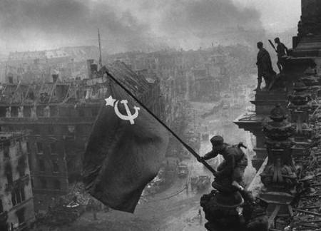 Автор: Евгении Халдеи, 1945 год<br /> Фотоснимок, на котором запечатлено водружение Знамени Победы над зданием Рейхстага, известен всему мир.