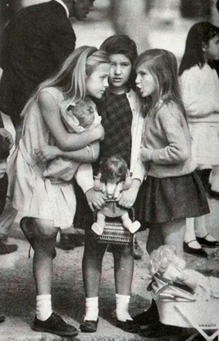 """""""Маленькие взрослые""""<br /> Трое американских девочек, сплетничающих на аллее Севиллы, что в Испании. На протяжении долгого периода, почтовая открытка с этим фотоизображением являлась самой популярной на территории Америки..."""