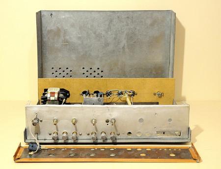 Справа зарезервировано место для элементов управления FM-приемником.