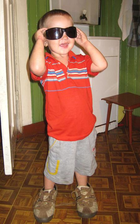 Ботинки брата, очки — мамы, парень что надо!