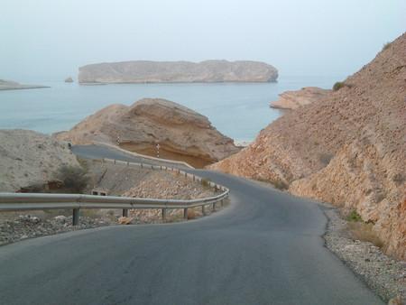 На рассвете, когда все еще в легкой дымке. Дорога через горы к морю.