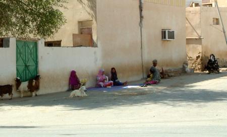 Улица близлежащего поселения с местными жителями.