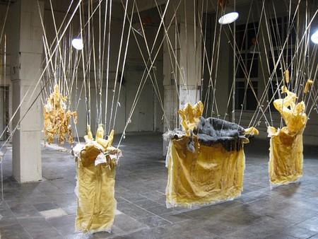 «В своих скульптурных инсталляциях Кристоф Бройх намеренно заостряет внимание на таком чувствительном аспекте, как бренность человеческого тела. Его работы – это отражение сложных взаимоотношений между жизнью и искусством, материей и образом. Кристоф Бройх известен своим пристрастием к использованию таких материалов, как имитация кожи и гипсовые слепки.»