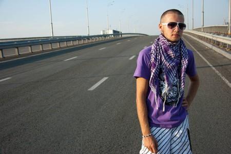 Пример арафатки на фиолетовой футболке.