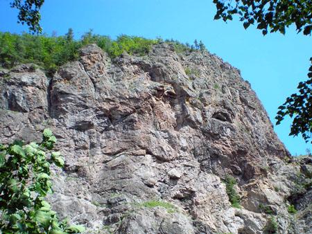 Кажется, даже на самих скалах можно разглядеть какие-то лица...